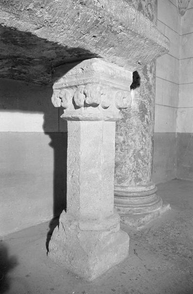 Autel servant de fonts baptismaux, colonnette de droite