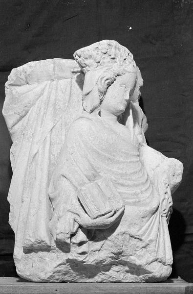 Groupe sculpté, fragment : Vierge à l'Enfant et sainte Anne, de trois quarts droit