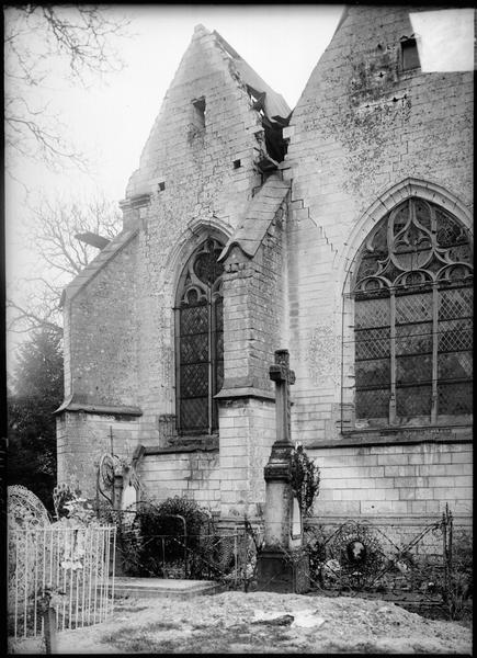 Façade nord, vue partielle et cimetière au premier plan avant restauration