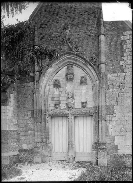 Portail ouest surmonté d'un tympan avec niches et buste évêque
