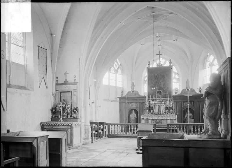 Intérieur : choeur avec maître-autel depuis la nef