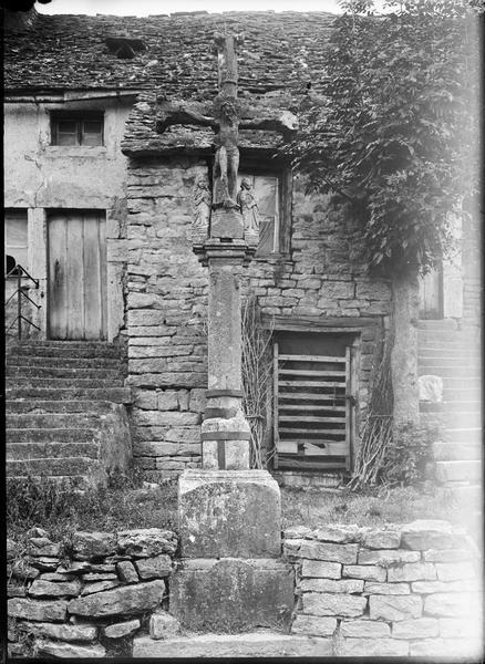 Croix de cimetière avec Christ