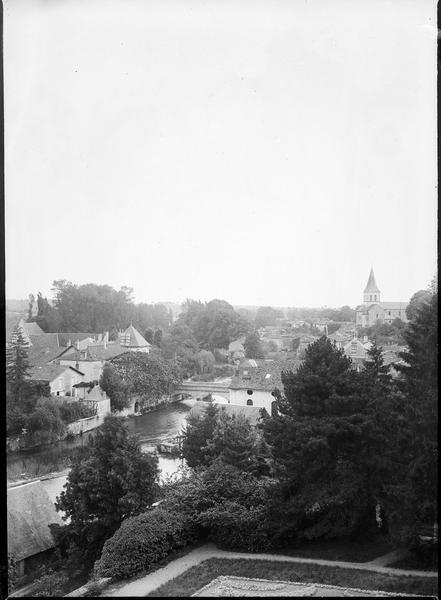 Vue en plongée avec la Charente et l'église en arrière plan