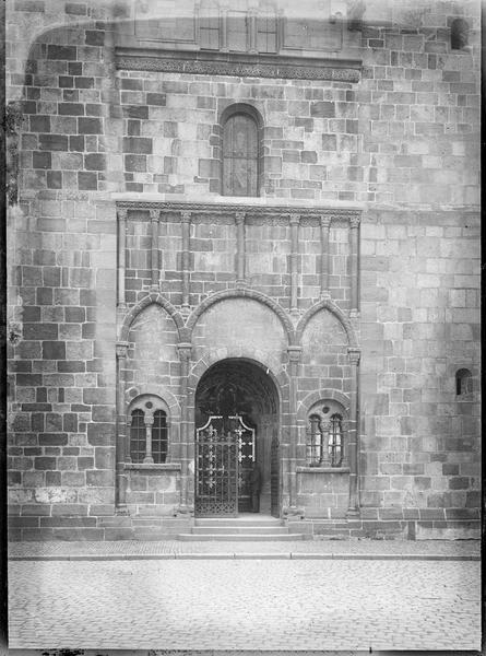 Porche ouest, avec portail central à tympan plat