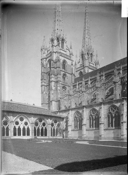 Vue du cloître depuis le jardin et tour de la cathédrale en arrière-plan
