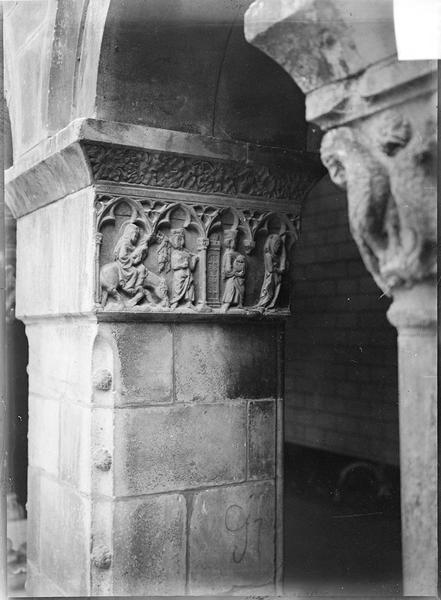 Intérieur : colonnes à chapiteaux sculptés de la galerie du cloître
