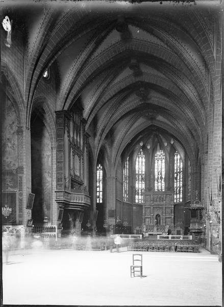 Intérieur : nef vers le choeur, avec orgue, chaire à prêcher et retable du maître-autel