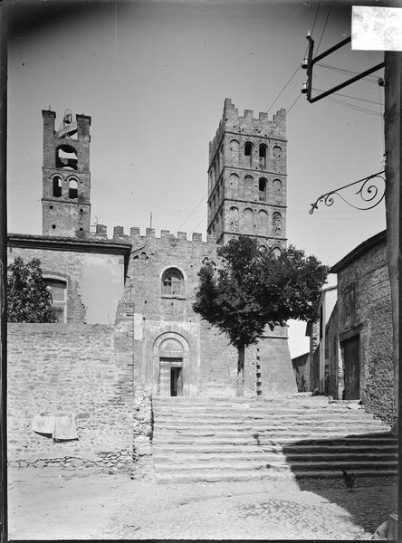 Façade ouest avec portail d'entrée