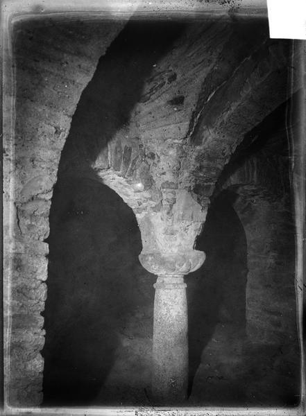 Intérieur : voûte et chapiteau de la crypte