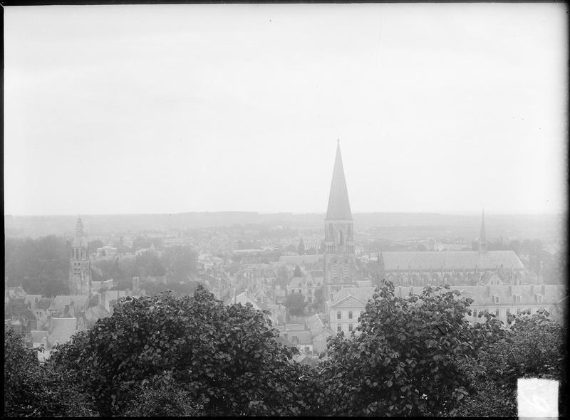 Vue générale de la ville avec clocher et bâtiments abbatiaux