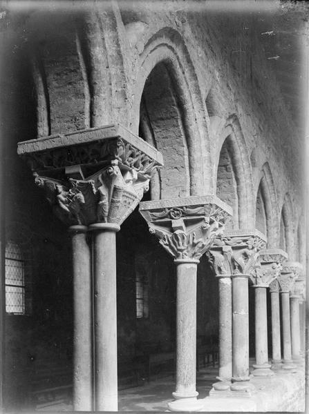 Intérieur : chapiteaux sculptés de la galerie du cloître