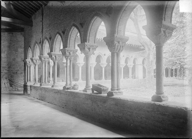 Intérieur : galerie du cloître