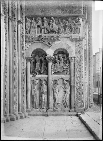 Ebrasement droit du porche sud : reliefs sur trois registres représentant l'Annonciation et la Visitation, l'Adoration des Mages et la Présentation au Temple, la Fuite en Égypte et la Chute des idoles