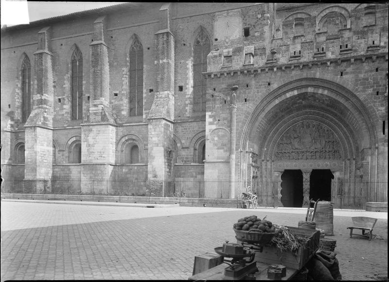 Ensemble sud avec portail monumental