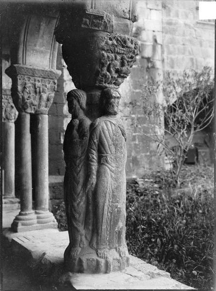 Intérieur : colonnettes de la galerie du cloître