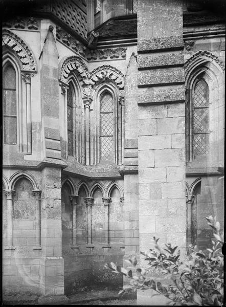Détail de la partie basse de l'abside, côté nord-est