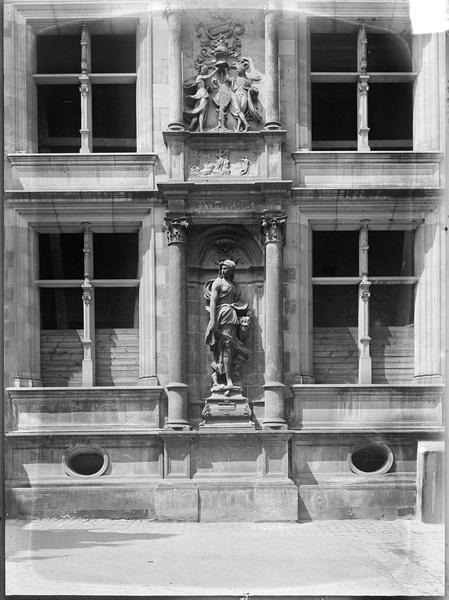 Cour d'honneur : trumeau avec la statue de Judith surmontée d'un bas-relief ornemental
