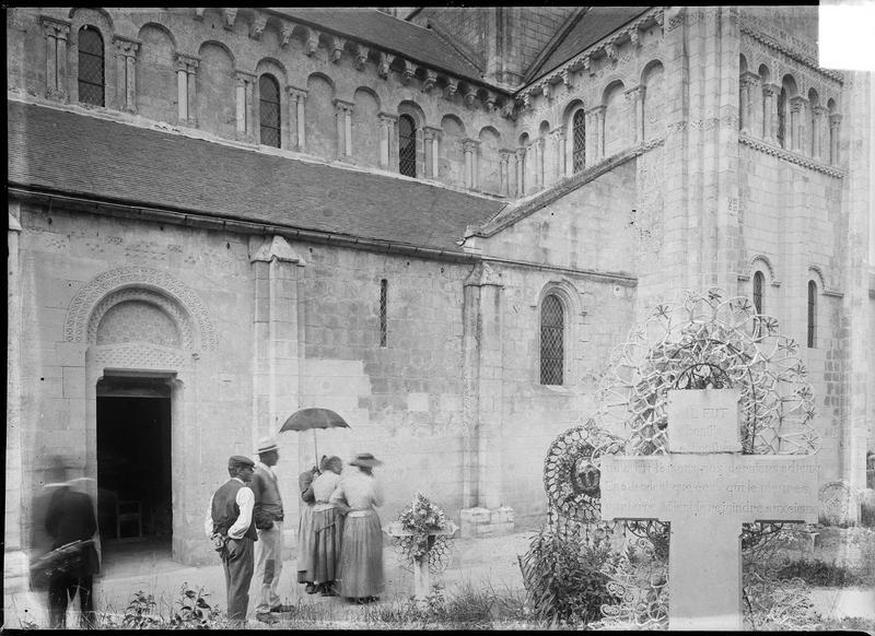 Façade sud avec porte et transept, touristes