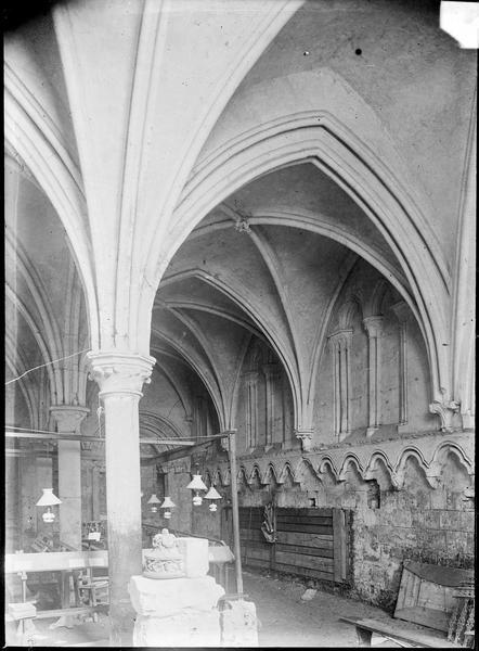 Intérieur : salle capitulaire avec fenêtres aveugles