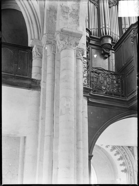 Intérieur : détail d'une colonne de la tribune accueillant un orgue