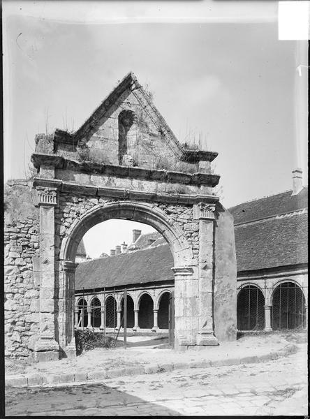 Porte du cimetière, côté est, avec galerie du cloître en arrière-plan
