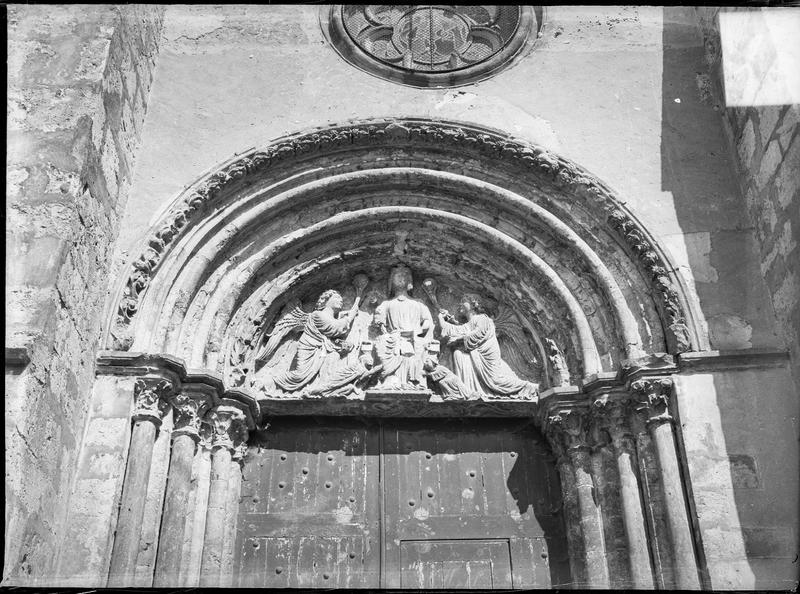 Portail sud surmonté d'un tympan sculpté