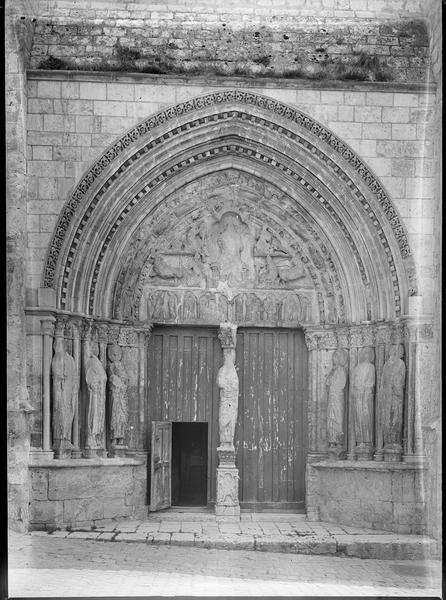 Portail ouest surmonté d'un tympan sculpté