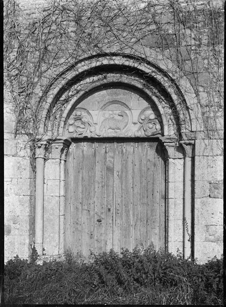 Portail ouest avec tympan représentant l'agneau pascal