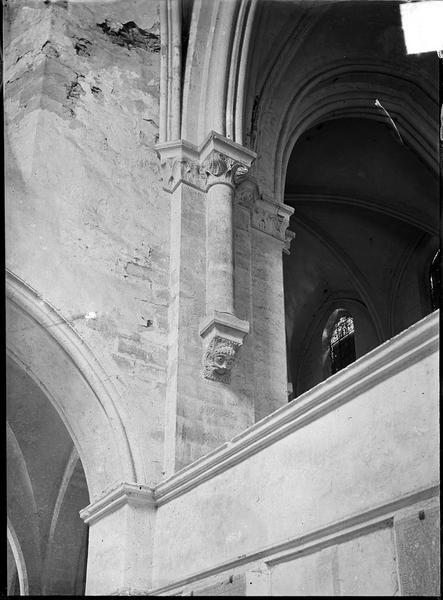 Intérieur : détail du transept avec cul-de-lampe à tête et décor feuillagé