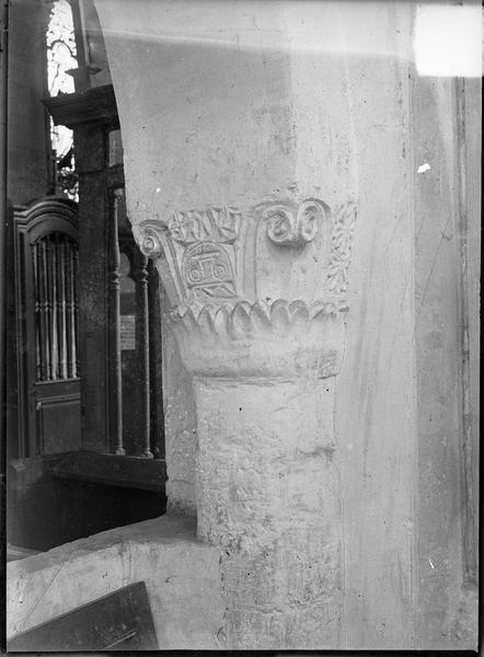 Intérieur : chapiteau gravé à tête inversée