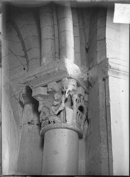 Intérieur : chapiteau représentant le pèlerinage au tombeau de saint Rémy