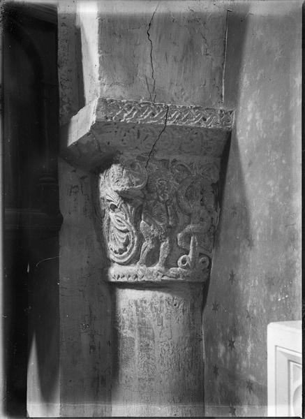 Intérieur : chapiteau représentant Adam et Eve