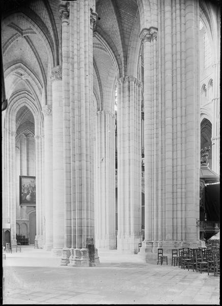 Intérieur : bas-côté sud de la nef vers l'entrée