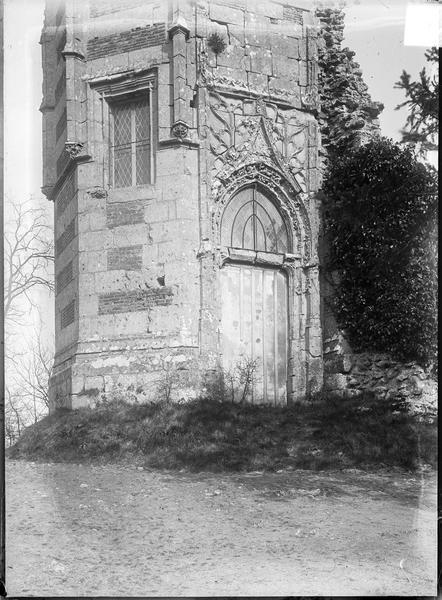 Partie basse du donjon en ruine, appelé tour d'Anne-de-Bretagne