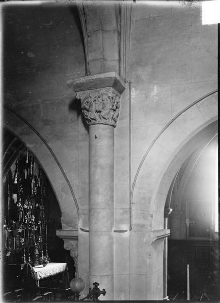 Intérieur : nef côté sud, arcades avec chapiteau historié