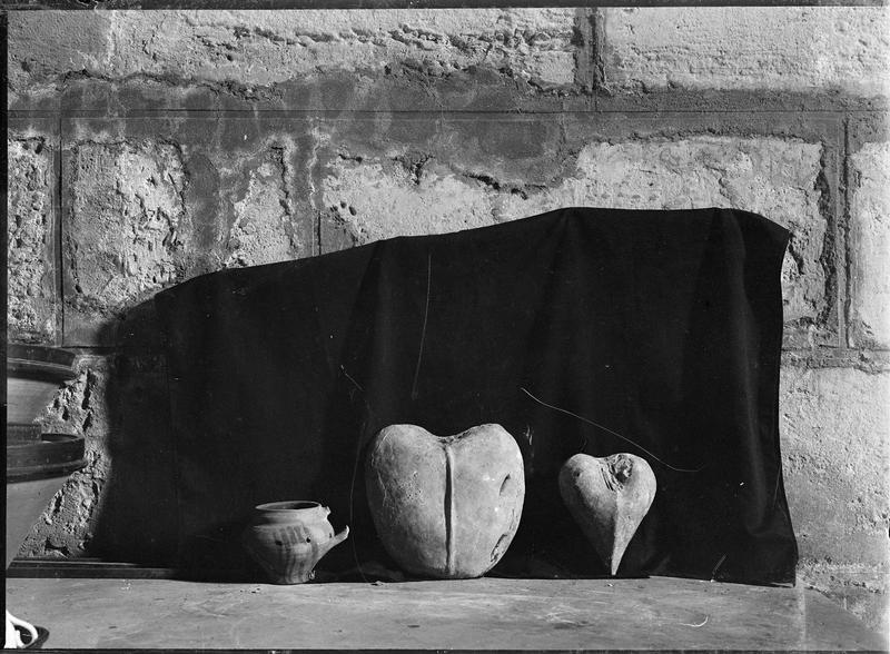 Intérieur : objets en forme de coeur et petit pot