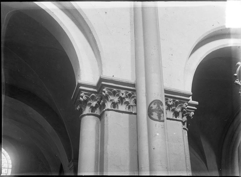 Intérieur : pilier à chapiteaux sculptés