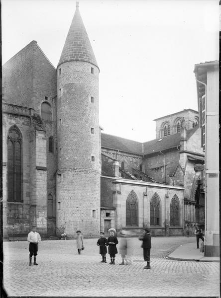 Partie de la façade nord avec tourelle et portail latéral, groupe d'enfants