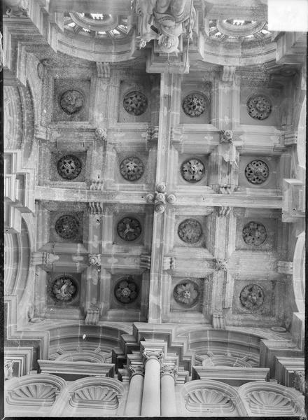 Intérieur : plafond à caissons sculptés
