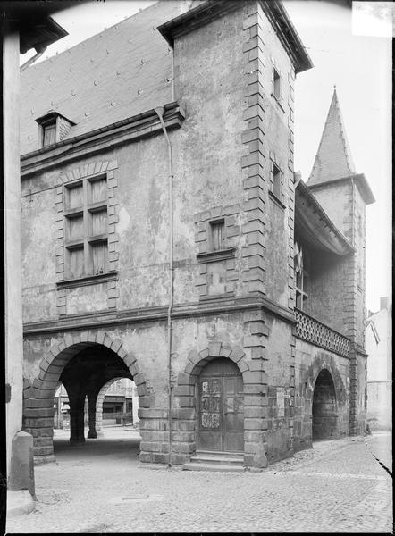 Façade avec grandes arcades et tours carrées encadrant la balustrade du premier étage