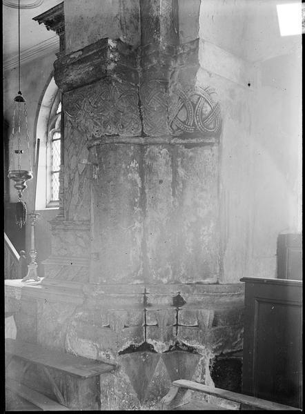 Intérieur : piliers à chapiteaux sculptés