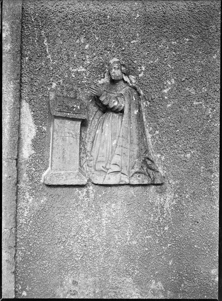Facade ouest, bas-relief, Vierge en prière