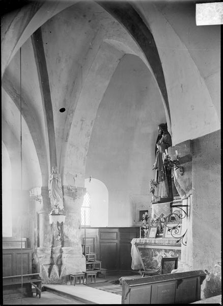Intérieur : choeur avec autel surmontée d'une statue du Christ