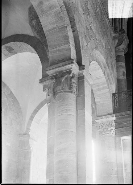 Intérieur : colonnes à chapiteaux sculptés entre le bas-côté sud et la nef, vers l'entrée