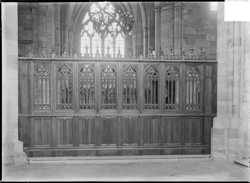 Intérieur : choeur, clôture en bois
