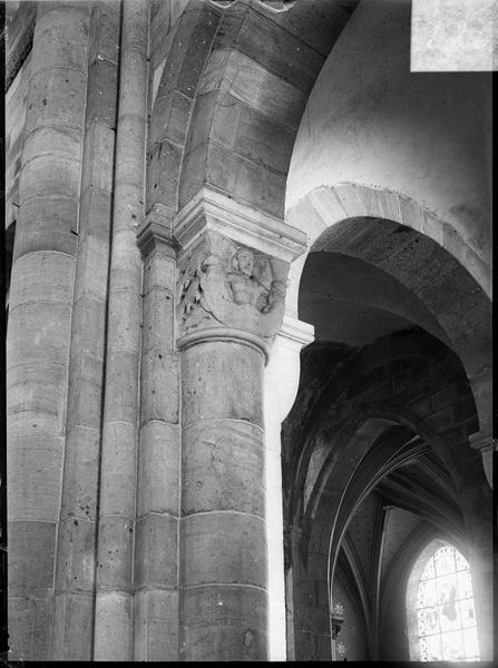 Intérieur : colonnes à chapiteaux sculptés entre le bas-côté sud et la nef