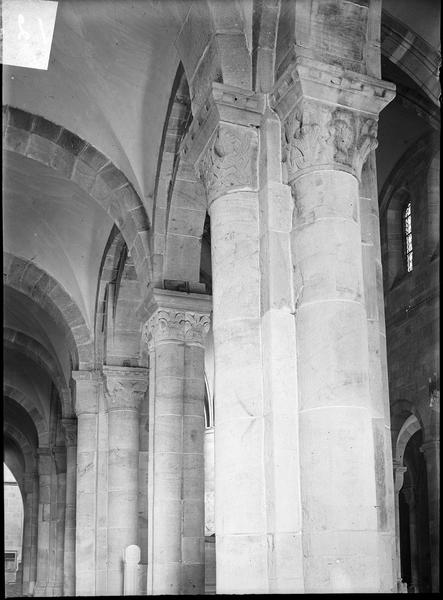 Intérieur : colonnes à chapiteaux sculptés, bas-côté sud