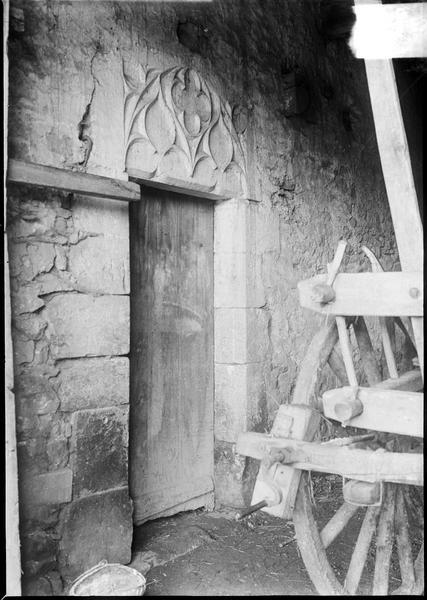 Porte avec linteau sculpté