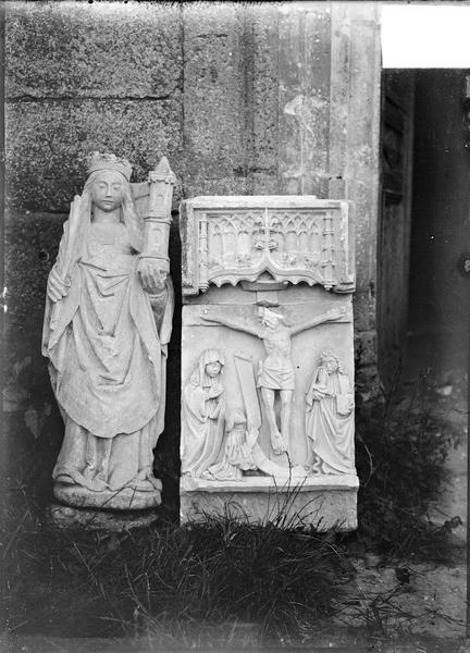 Fragment d'un bas-relief représentant le Christ en croix et statuette de sainte Barbe