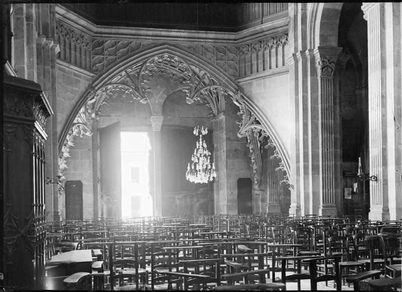 Intérieur : partie inférieure de la tribune d'orgue